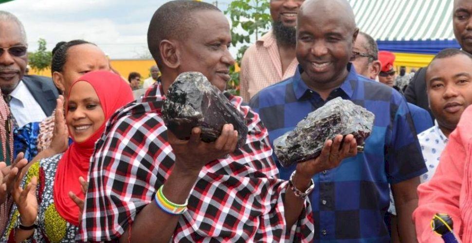 Un miner, tată a 30 de copii, a descoperit două pietre preţioase în valoare de peste 3 milioane de dolari